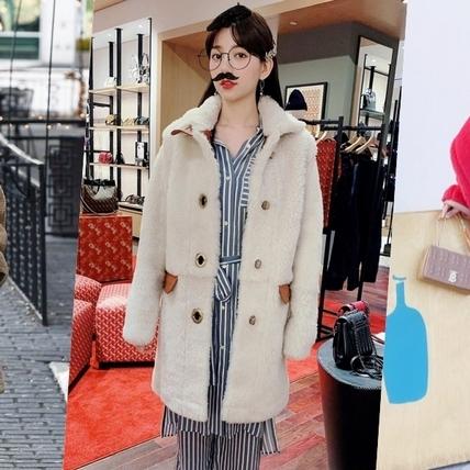 毛絨大衣怎麼穿不顯胖?跟著潮人們這樣搭,瞬間時髦還帶點萌趣