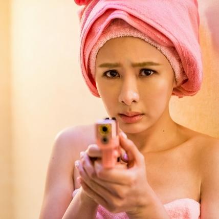 特製「粉紅手槍」助陣! 安心亞被爆炸聲嚇壞