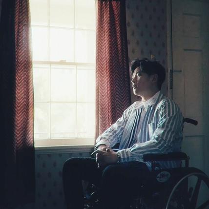周興哲坐輪椅譜純愛 火紅獲潤娥欽點「快搜搜他吧」羞答謝