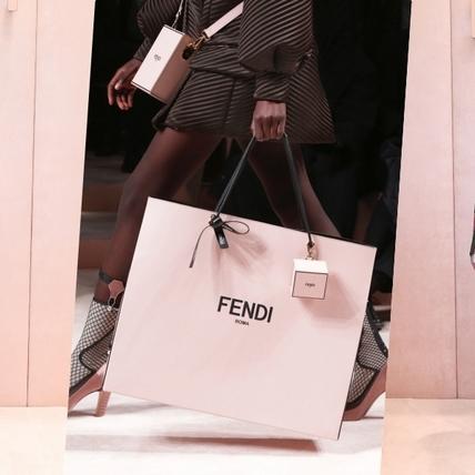 是包包還是紙袋?FENDI 2020秋冬大秀:打火機配件、鉛筆耳環好幽默 讓人愛的心癢癢