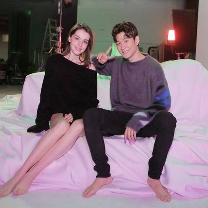 周興哲拍床戲尺度輔導級 體貼女模腿上蓋外套防走光