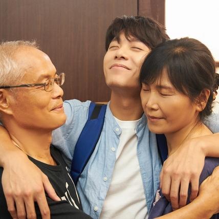 爸媽首入鏡戲胞大開 韋禮安MV親親抱抱全都錄