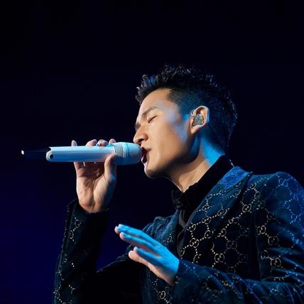 華人之光周興哲登美國《TIME》雜誌 「最年輕破億歌手」走到「國際周」全英文受訪