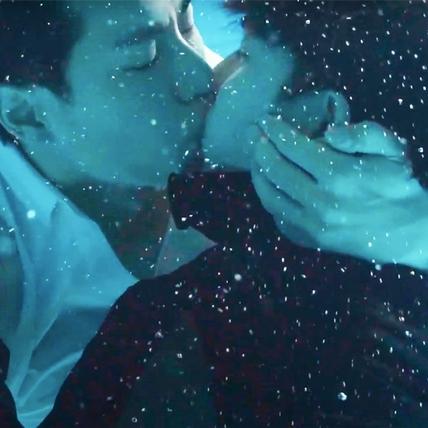 林子閎楊宇騰水中接吻放閃!浪漫畫面不好拍
