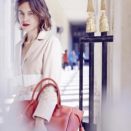Alexa Chung 完美詮釋巴黎女人的自信與浪漫!Longchamp 春夏廣告正式出爐