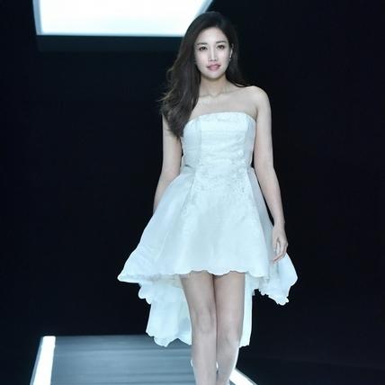 A-Lin國小就護膚 偷穿媽媽洋裝高跟鞋裝熟