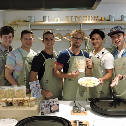 外國型男獻廚藝做鬆餅 法比歐:不會做菜我教她