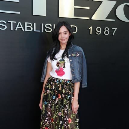 甜心名模王心恬應JETEZO之邀看秀,現場展現高衣Q時尚混搭功力,女人味滿點卻又不失活潑童趣。