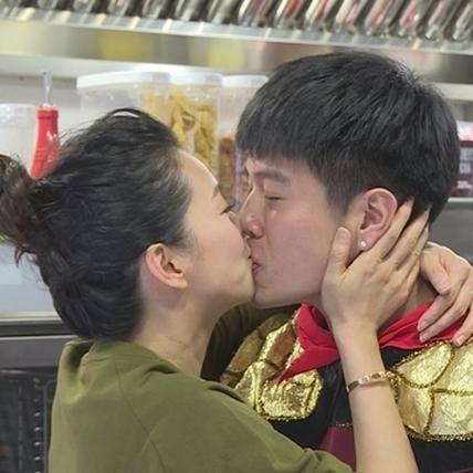 夫妻做菜愛鬥嘴 六月甜蜜獻吻為李易打氣