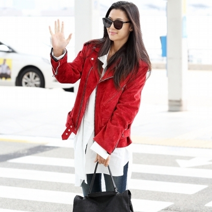 全智賢女神機場街拍!紅皮衣配rouge& lounge包,私服穿搭氣場滿滿