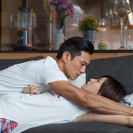 鍾承翰浪漫「沙發咚」 曾沛慈羞喊:不要看我嘎吱窩!