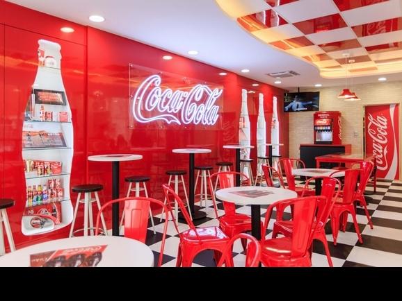 巨型可口可樂現身台北!7-11打造3大品牌聯名店,每個角落都好拍到必朝聖