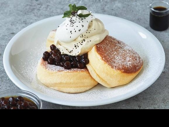 沒吃到會哭!FLIPPER'S限定版「黑糖珍珠奶」舒芙蕾鬆餅,黑糖珍珠加上紅茶鮮奶油太誘人啦