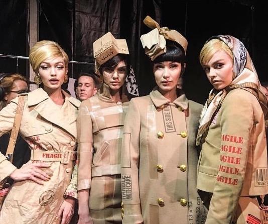 2017秋冬時裝周還是Jeremy Scott最會玩!封箱膠、海關戳記、窗簾都成了Moschino設計靈感