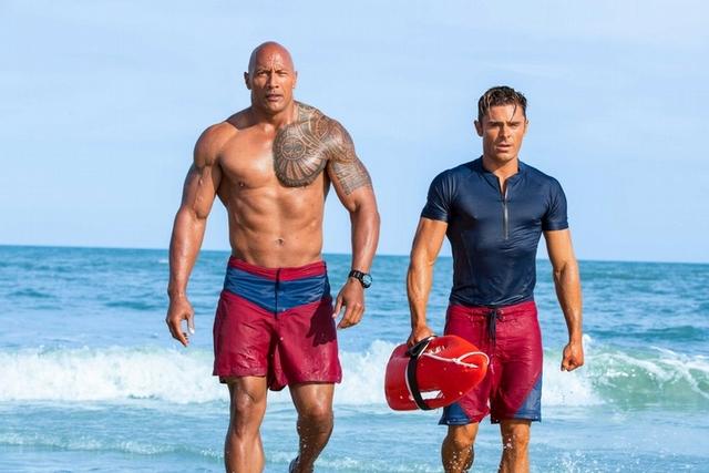巨石強森、柴克聯手秀大肌       海灘慢動作奔跑重現經典