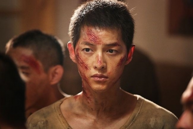 《軍艦島》新劇照曝光 男神宋仲基瘦了一圈滿臉傷