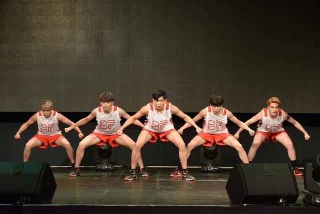 男團TOP1在台上現操 「靈蛇」差點滑出洞