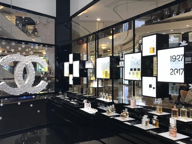 「好像踏入香奈兒女士公寓,好奢華!」香奈兒台北101化妝品精品店新開幕!並首度引進太陽眼鏡櫃位、推出經典茉莉精萃油、金屬眼影