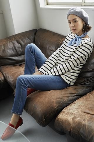 「經典藍色牛仔褲X條紋上衣,搭配小配件」