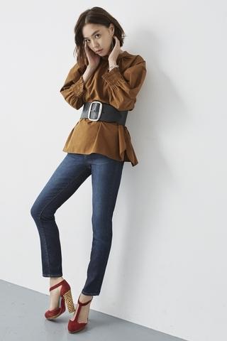 「深藍色牛仔褲,展現秋天氛圍的大人風造型」