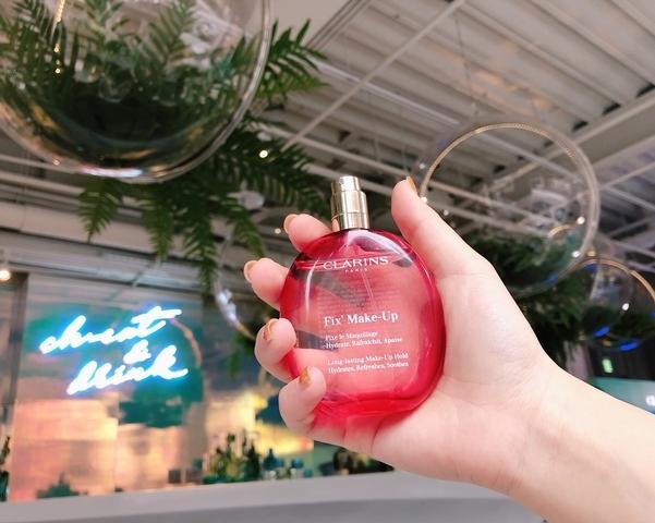 最夢幻的定妝噴霧登場,透明粉紅色外包裝,散發著十足夢幻感的克蘭詩玫瑰精萃定妝噴霧,櫻花妹更愛到拿來當香氛使用