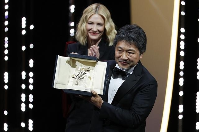日片《小偷家族》奪坎城金棕櫚大獎 是枝裕和直呼「腿在抖」