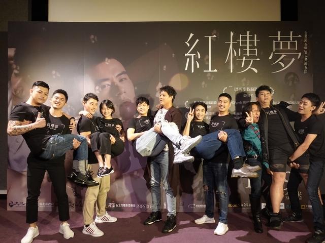 陳彥名《紅樓夢》首映被新娘抱 自爆第一次排戲就狂吻