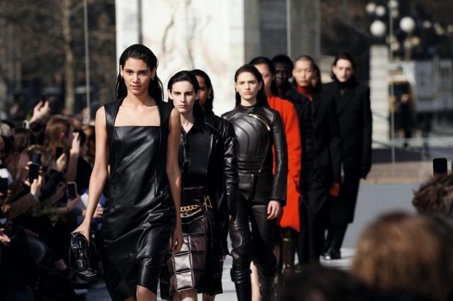 新一季的Bottega Veneta 變得更加俐落了!時髦又摩登一眼就讓你傾心!