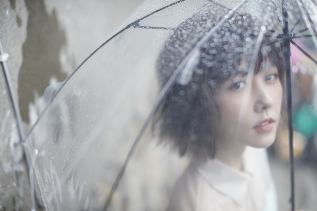 邵雨薇營造《微雨》浪漫 豔陽下罩雨衣活像鐵板燒