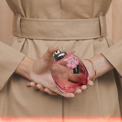 女孩的香氛購物清單,就要加入Coach「嫣紅芙洛麗淡香精」,清新的花果香讓妳桃花運好人緣說來就來