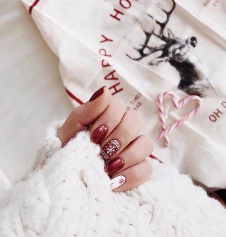 30款聖誕美甲都在這~有女孩最愛的、有溫柔姊姊款,還有最應景的燈泡、聖誕樹與雪花,再也不怕沒靈感