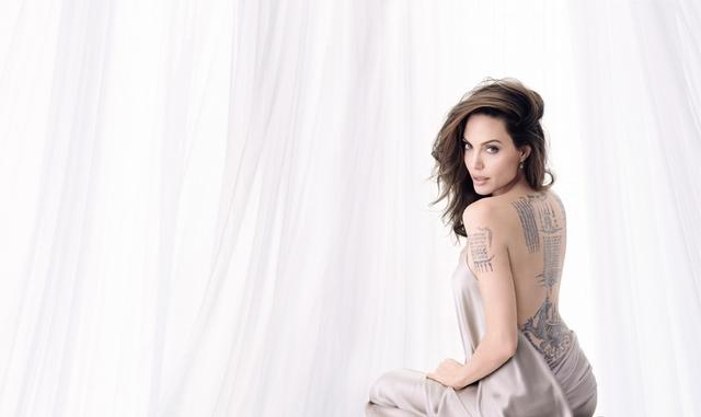 女神安潔麗娜·裘莉,再度演繹全新Mon Guerlain《我的印記》玫瑰淡香精,充滿熱情、性感,又充滿多汁甜美的完美氛圍