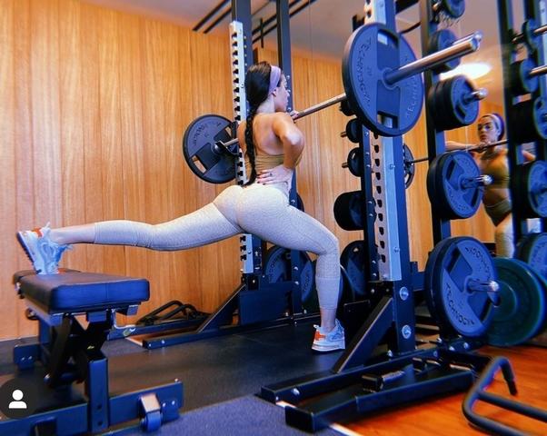 宅在家就來學辣模練深蹲,不僅核心練到了,就連難瘦的臀部與大腿都小一圈