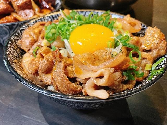 辛日出燒肉丼(豚/牛)220元、240元