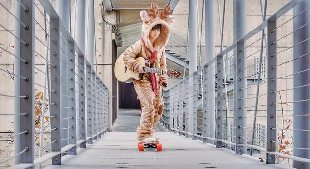 魏嘉瑩扮麋鹿溜滑板自彈自唱 疫情耍宅玩開箱