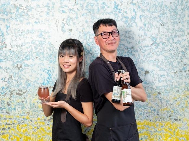 左起為海閣咖啡廳調酒師維妮、台灣風土在地精釀創辦人黃彰琦