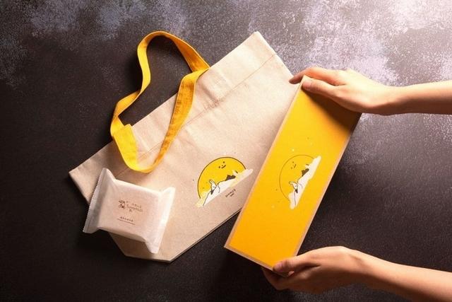 微熱山丘:鳳梨奶黃月餅禮盒 750元