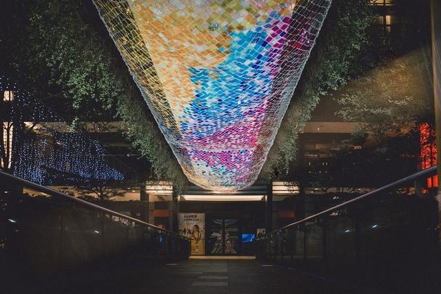 台北信義新天地:彩虹光橋