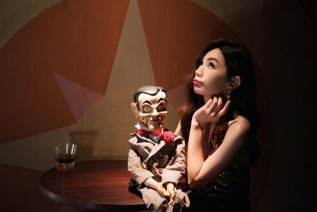 Ella詮釋腹語娃娃竟變鬼娃恰吉!不怕吊鋼絲「還好我是女生」