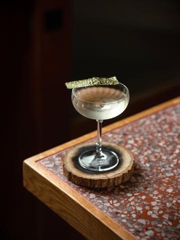 〈秋香〉以米麴味強烈的〈春鶯囀純米酒〉為基底,加入自製醃蘿蔔汁,整體帶有煙燻、木質調氣息。