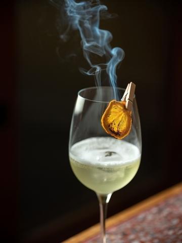 〈熏在蔬果舖〉嚴選富含柑橘香氣的〈八神風純米清酒〉,搭配青蘋果、萊姆汁、紫蘇,果香層次馥郁動人。