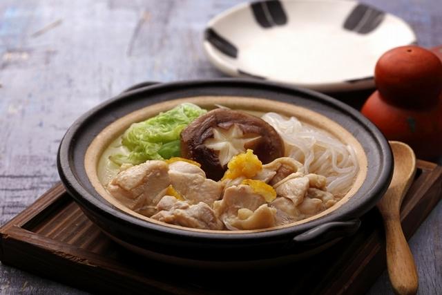 2. 鳥丈爐端燒:柚子雞肉陶鍋煮 330元