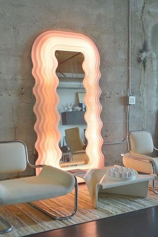 Bella Hadid 對著Ultrafragola Mirror自拍