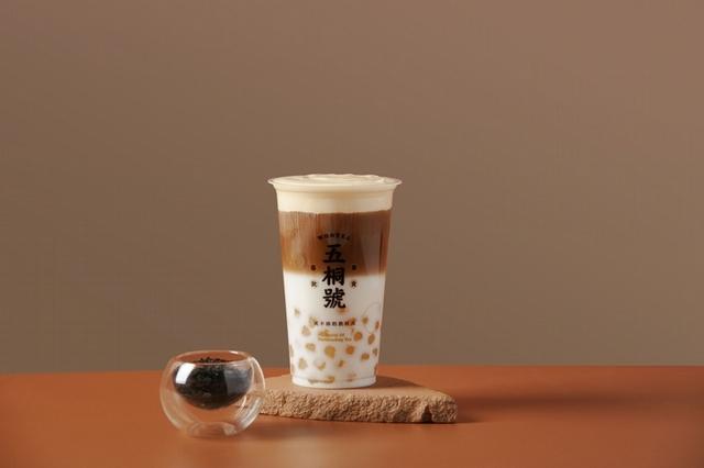 流心奶皇珍珠奶茶 M 65 元、流心奶皇珍珠拿鐵 M 75 元