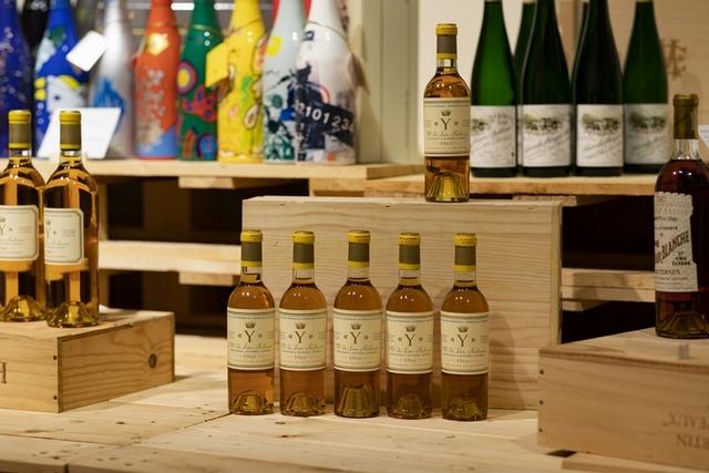 被譽為「波爾多貴腐甜酒之王」的1966 Ygrec, Chateau d_ Yquem,酒體散發果乾甜香及金合歡花、佛手柑香氣,口感華麗