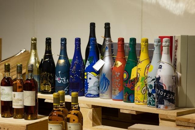 Taittinger Collection香檳風味濃郁優雅,瓶身包裝由品牌每年邀請全球知名藝術家設計,曾被選為黛妃婚宴用酒。