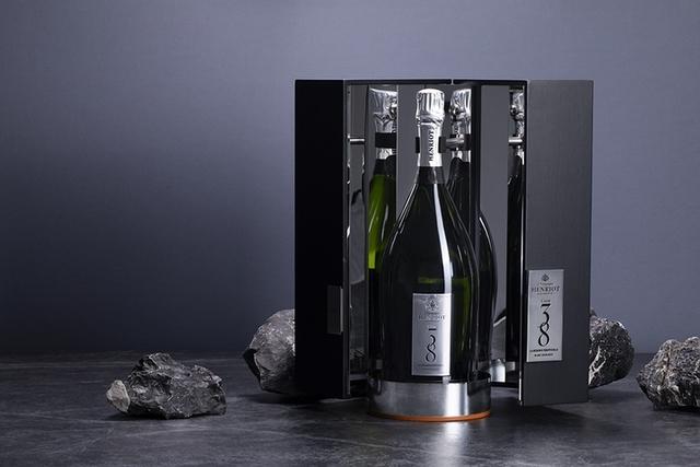 深獲歐陸皇室喜愛的法國Champagne Henriot,獨家Cuve 38香檳選用白丘區最佳特級園葡萄,歷經5年窖藏緩慢熟成,酒香迷人。