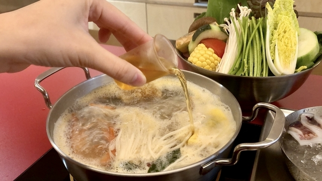 每鍋都有7~8顆蛤蜊的「特調台式蛤蜊湯」湯滾時加入花雕雞酒,帶有些許酒氣,嘗起來更對味。