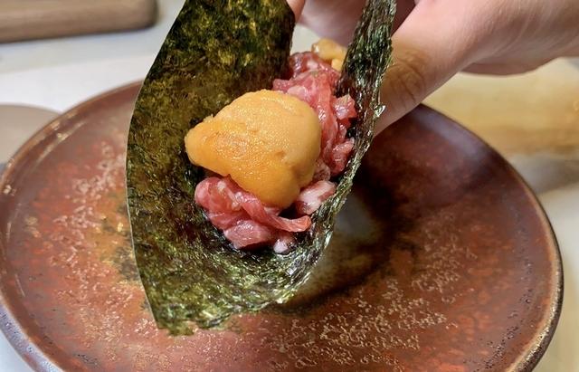 烤海苔包有和牛、海膽,一口吃下的海陸風味讓人上癮啊!
