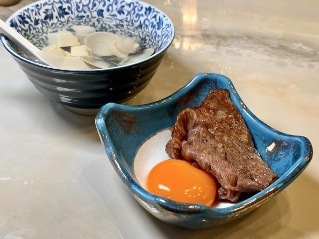 使用日本姬路A5和牛、滿珍香牧場雞蛋的絕品雪花月見燒,滑順嫩口。
